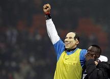 <p>24 gennaio 2010. Marco Materazzi la scorsa domenica mentre festeggia la vittoria dell'Inter per 2 a 0 sul Milan indossando una maschera raffigurante Silvio Berlusconi. REUTERS/Alessandro Garofalo</p>