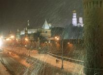 <p>Люди идут вдоль Кремлевской стены во время сильного снегопада в Москве 30 декабря 2009 года. Уставших от морозов москвичей в феврале ждут оттепели, сообщил глава Гидрометцентра РФ Роман Вильфанд предварительный прогноз. REUTERS/Andrei Rudakov</p>