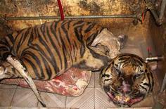<p>Brandelli di tigre in un negozio di Hanoi, Vietnam. Foto d'archivio. REUTERS/STRINGER Vietnam</p>