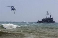 <p>Ливанские военные поднимает из моря тело пассажира разбившегося самолета недалеко от деревни Халед 25 января 2010 года. Пилот эфиопского лайнера, разбившегося накануне после вылета из Бейрута, не ответил на требования диспетчера изменить курс незадолго до прекращения связи, сообщил министр транспорта Ливана Гази Ариди. REUTERS/Mohamed Azakir</p>