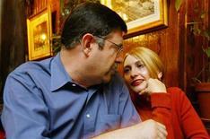 <p>Кристофер Теста и россиянка Елена, познакомившиеся через интернет, разговаривают о своей свадьбе в Нью-Йорке 14 октября 2005 года. Все больше взрослых американцев из-за нехватки времени используют социальные сети и интернет- сайты для поиска своей половины, сообщают исследователи.</p>