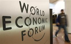 <p>Логотип Всемирного экономического форума на дверях Зала конгрессов в Давосе 26 января 2010 года. Офицер полиции, отвечавший за обеспечение безопасности на Всемирном экономическом форуме в Давосе, был найден мертвым во вторник, сообщили местные власти, добавив, что вероятнее всего он покончил с собой. REUTERS/Arnd Wiegmann</p>