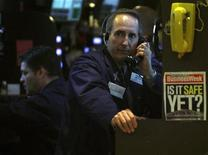 <p>Трейдер говорит по телефону на бирже в Нью-Йорке. 6 марта 2009 года. Министерство юстиции США обвиняет четырех мужчин в прослушивании телефонов офиса сенатора-демократа Мэри Ландрю в Новом Орлеане. REUTERS/Brendan McDermid</p>