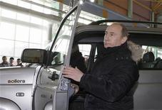 <p>Премьер-министр России Владимир Путин выходит из автомобиля на заводе Sollers-Дальний Восток во Владивостоке 29 декабря 2009 года. Первые автомобили с конвейера владивостокского завода, с чьей помощью правительство рассчитывало успокоить оставшихся без дешевого автоимпорта дальневосточников, отправятся за тысячи километров на запад России, а один УАЗик уже на пути к первому покупателю - итальянскому премьеру Сильвио Берлускони. REUTERS/Ria Novosti/Alexei Nikolsky/Pool</p>