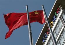 """<p>Китайский флаг развевается на фоне штаб-квартиры Google в Пекине 15 января 2010 года. Вслед за копиями зарубежных марок одежд, сетей кофеен и прочего 14 января в Китае начала свою деятельность поисковая система """"Goojje"""", явно копирующая Google, сообщила газета Henan Business Daily. REUTERS/Alfred Jin</p>"""