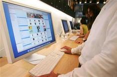 <p>Un cliente naviga su un negozio di musica online. REUTERS/Kiyoshi Ota/Files</p>