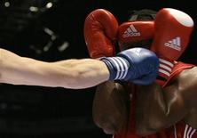 <p>Osmai Acosta Duarte of Cuba blocks a punch from Egor Mekhontsev of Russia during their AIBA Heavyweight (91Kg) World Championships men's final boxing match in Milan September 12, 2009. REUTERS/Alessandro Garofalo</p>