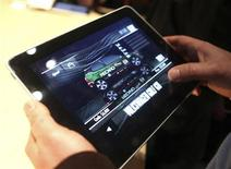"""<p>Un juego de video en el """"iPad"""" de Apple tras su lanzamiento en San Francisco, California, 27 ene 2010. Apple presentó el miércoles el iPad en medio de una gran expectación. REUTERS/Kimberly White</p>"""