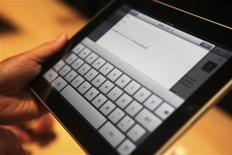 <p>Convidados experimentam o novo iPad durante lançamento em San Francisco. O interesse do mundo dos eletrônicos se transferiu da Amazon.com para a Apple, com o lançamento do tablet iPad, mas os analistas dizem que o Kindle, produzido pela maior rede de varejo eletrônico do mundo, está seguro em seu mercado de menor porte, por enquanto.27/01/2010.REUTERS/Kimberly White</p>