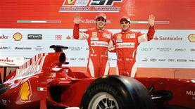 <p>Espanhol Fernando Alonso e brasileiro Felipe Massa apresentam carro da Ferrari para 2010. REUTERS/Wrooom/Handout</p>