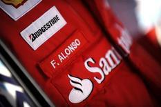 <p>La tuta Ferrari di Fernando Alonso. REUTERS/Alessandro Bianchi</p>