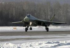 <p>Новый российский истребительA T-50 заходит на посадку в Комсомольск-на-Амуре 23 января 2010 года. Новый российский истребитель, считающийся ответом РФ на американские F-22 и F-35, впервые поднялся в воздух в пятницу, сообщил производитель боевой и гражданской авиатехники Сухой. REUTERS/Sukhoi Press Service/Handout</p>