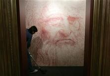 """<p>Уборщица моет пол перед автопортретом Леонардо да Винчи в галерее Брюсселя 17 августа 2007 года. Знаменитый женский портрет """"Прекрасная Ферроньера"""", считающийся работой Леонардо да Винчи или его учеников, был продан более чем за $1,5 миллиона на аукционе Sotheby's в Нью-Йорке. REUTERS/Francois Lenoir</p>"""