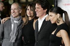 """<p>Atrizes Fergie (dir.) e Penélope Cruz, estrelas do filme """"Nine"""" posam com o diretor Rob Marshall e o produtor John Deluca (esq.) em exibição do longa em Los Angeles. """"Nine"""" estreia no Brasil nesta sexta-feira. EUTERS/Fred Prouser 09/12/2009</p>"""