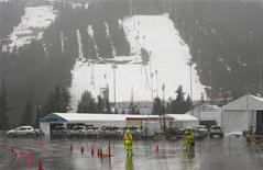 """<p>Гора Сайпресс, где пройдут соревнования по фристайлу, во время дождя 13 января 2010 года. Правительство Канады потратит 13,4 миллиона канадских долларов ($12,8 миллиона) на слежение за наверное """"самыми сложными метеорологическими условиями в мире"""", но попытаться предсказать погоду во время зимней Олимпиады в Ванкувере будет очень сложно. REUTERS/Andy Clark</p>"""