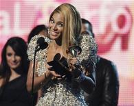 <p>Beyonce con uno dei Grammy vinti. REUTERS</p>