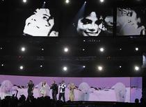 <p>Jennifer Hudson, Celine Dion, Smokey Robinson, Usher e Carrie Underwood fazem tributo a Michael Jackson na 52a premiação dos Grammys em Los Angeles. A festa do Grammy aderiu à onda do 3D com uma homenagem a Michael Jackson repleta de efeitos especiais. REUTERS/Mike Blake 31/01/2010</p>