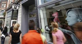 <p>People walk past a retail stores in Quebec City in this July 25, 2008 file photo. REUTERS/Mathieu Belanger</p>