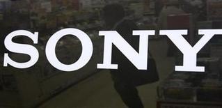 <p>Foto de archivo del logo de la compañía japonesa Sony en una tienda de artículos electrónicos en Tokio, nov 20 2009. La empresa de licencias de patentes Mosaid Technologies anunció el lunes la firma de un acuerdo de licencia de patentes sobre tecnología móvil, no exclusivo y a nivel mundial, con la japonesa Sony. REUTERS/Toru Hanai</p>