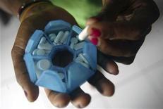 <p>Женщина с положительным ВИЧ-анализом держит таблетки в своем доме в Джаяпуре, индонезийская провинция Папуа 27 ноября 2008 года. Ученые после 20 лет исследований разгадали ключевую загадку вируса СПИДа, что может привести к усовершенствованию способов лечения вируса иммунодефицита человека. REUTERS/Oka Barta Daud</p>