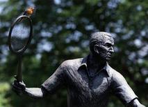 """<p>Памятник Фреду Перри в Уимблдоне 18 июня 1999 года. 2 февраля 1995 года скончался Фред Перри, английский теннисист, трехкратный победитель """"Уимблдона"""", триумфатор Кубка Дэвиса 1933-1935 годов. REUTERS/Kevin Coombs</p>"""