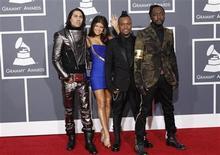 <p>La banda estadounidense The Black Eyed Peas en los premios Grammy en Los Angeles, 31 ene 2010. ¿Los Black Eyed Peas te convencerían de comprar en Target o Eric Clapton te llevaría a cambiarte a T-Mobile? Los publicistas parecer creer eso y los auspicios de celebridades repuntaron un 150 por ciento en los anuncios emitidos durante la entrega 2010 de los premios Grammy, revirtiendo un alejamiento de las colaboraciones de este tipo en el 2009, según mostraron cifras el lunes. Un estudio anual de los anuncios de los Grammy de la consultora GreenLight descubrió que Black Eyed Peas, Clapton, Drew Barrymore y Luke Wilson fueron sólo algunas de las celebridades que promovieron a Target, T-Mobile, Olay, AT&T y otras marcas durante la transmisión de la importante premiación. REUTERS/Mario Anzuoni</p>