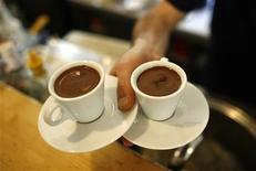 <p>A waiter carries two cups of Turkish coffee at a coffee shop in Istanbul October 19, 2007. REUTERS/Osman Orsal</p>