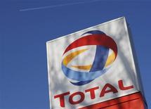 <p>Il logo di Total presso un benzinaio londinese. REUTERS/Stephen Hird (BRITAIN)</p>