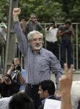 <p>Лидер иранской оппозиции Мирхоссейн Мусави на митинге в Тегеране 15 июня 2009 года. Лидер иранской оппозиции Мирхоссейн Мусави пообещал продолжить борьбу за гражданские права несмотря на давление, которое на него оказывается, сообщает сайт политика. REUTERS/Jamejam Online</p>
