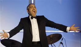 <p>George Clooney su palco durante un evento a Beverly Hills, Los Angeles REUTERS/Fred Prouser</p>