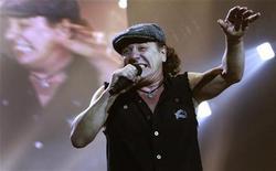 <p>Il cantante degli AC/DC Brian Johnson durante un concerto. REUTERS/Luke MacGregor</p>