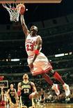 <p>Febbraio 1998. Michael Jordan segna un canestro per i Chicago Bulls. Foto d'archivio. REUTERS/Scott Olson</p>