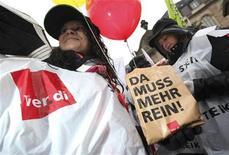 <p>Работники общественных служб во время демонстрации немецкого промышленного союза Verdi. 3 февраля 2010 года  В Германии работники коммунальных служб, больниц, городских транспортных компаний и очистных сооружений начали в среду неделю предупреждающих забастовок с целью повышения заработной платы. REUTERS/Ralph Orlowski</p>