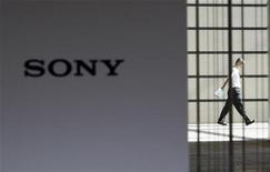 <p>Sony fait état de son premier résultat positif en cinq trimestres à la faveur notamment d'une reprise de ses activités de fabrication de téléviseurs, ce qui a amené le géant japonais de l'électronique à réduire son estimation de perte pour l'exercice à fin mars. /Photo prise le 30 juillet 2009//REUTERS/Kim Kyung-Hoon</p>