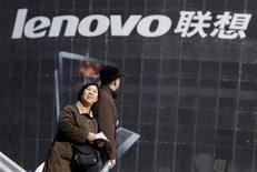 <p>Lenovo a renoué avec les bénéfices au cours du trimestre octobre-décembre, dépassant les attentes du marché et affichant son meilleur résultat en six trimestres grâce à des profits exceptionnels et à la vigueur de la demande chinoise. Pour les trois derniers mois de 2009, le groupe affiche un bénéfice net de 79,52 millions de dollars. /Photo prise le 4 février 2010/REUTERS/Jason Lee</p>