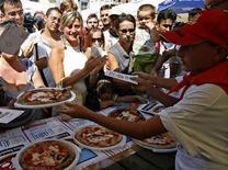 <p>Pizza distribuita a Napoli. REUTERS/Ciro De Luca/Agnfoto</p>