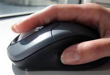 <p>Una donna al computer. REUTERS/Catherine Benson CRB</p>