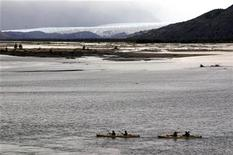 <p>Competitors kayak in Ultima Esperanza Sound past the Serrano glacier at the start of the Patagonian Expedition Race at Torres Del Paine National Park February 10, 2009. REUTERS/Will Gray</p>