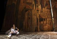 <p>Foto de archivo de una bailarina del ballet Bolshoi durante un ensayo teatral de la producción 'Esmeralda' de Cesare Pugni en Moscú, dic 24 2009. El legendario ballet ruso Bolshoi se presentará en Cuba la próxima semana por primera vez en tres décadas, dijeron el viernes medios locales. REUTERS/Denis Sinyakov</p>