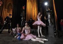 <p>Ballerini del Bolshoi si preparano ad un'esibizione. REUTERS/Denis Sinyakov</p>