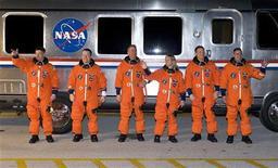 <p>L'equipaggio dello Space Shuttle Endeavour al quartier generale del Kennedy Space Center a Cape Canaveral, in Florida. Da sinistra a destra, Bob Behnken, Nicholas Patrick, Steve Robinson, Kay Hire, il pilota Terry Virts e il comandante George Zamka. REUTERS/Steve Nesius</p>