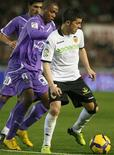 <p>David Villa, do Valencia, dribla entre os jogadores do Valladolid Pelé e Canobbio. REUTERS/Heino Kalis</p>