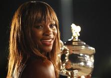 <p>Американка Серена Уильямс позирует с кубком Открытого чемпионата Австралии в Мельбурне 30 января 2010 года. Ассоциация женского тенниса (WTA) опубликовала в понедельник новый рейтинг лучших теннисисток планеты. REUTERS/Tim Wimborne</p>
