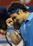 <p>Швейцарец Роджер Федерер во время финального матча Открытого чемпионата Австралии против британца Энди Мюррея в Мельбурне 31 января 2010 года. Ассоциация теннисистов-профессионалов (ATP) опубликовала в понедельник новый рейтинг лучших игроков планеты Entry System. REUTERS/Daniel Munoz</p>