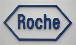 <p>Imagen de archivo del logo de la empresa farmacéutica suiza, Roche, en la sede de la compañía en Basilea. 4 feb 2009. La unidad Genentech, de Roche AG, obtuvo permiso para desarrollar una nueva tecnología experimental que usa anticuerpos para combatir la influenza, incluyendo la gripe pandémica H1N1, dijo el lunes el Instituto del Cáncer Dana-Farber de Harvard. REUTERS/Christian Hartmann/archivo</p>