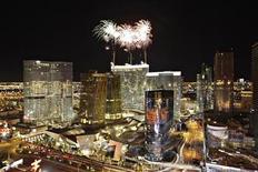 <p>Foto de archivo de un grupo de fuegos artificiales explotan sobre hotel y casino Aria de Las Vegas, EEUU, dic 16 2009. El operador de casinos MGM Mirage dijo el lunes que está en busca de renegociar acuerdos crediticios que extenderían los vencimientos para una parte importante de su deuda por 5.550 millones de dólares. REUTERS/Steve Marcus</p>