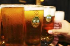 <p>Мужчина тянется взять стакан пива Chang Beer, Сингапур 30 мая 2006 года. Пиво может помочь вам укрепить кости, показало исследование факультета продовольственных наук и технологий Калифорнийского университета. REUTERS/Tim Chong</p>