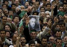 <p>Manifestanti iraniani con foto di Mirhossein Mousavi. Immagine d'archivio. REUTERS/Morteza Nikoubazl</p>