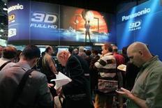 <p>Asistentes al International Consumer Electronics Show 2010(CES) hacen fila para entrar a la sala 3D de Panasonic, en Las Vegas, Nevada. Panasonic Corp dijo el martes que planea lanzar aparatos de televisión 3D el 23 de abril en Japón. La compañía anunció el mes pasado que lanzará un televisor similar en Estados Unidos en la primavera boreal. 7 enero 2010. REUTERS/Steve Marcus (UNITED STATES - Tags: BUSINESS SCI TECH)</p>