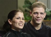 <p>Канадцы Жами Сале (слева) и Давид Пеллетье общаются с прессой в Эдмонтоне 4 марта 2002 года. Разногласия в оценках жюри и непонятная судейская система в фигурном катании всегда были темой жарких дискуссий, однако олимпийская чемпионка 2002 года Жами Сале верит, что скандалы идут спорту только на пользу. REUTERS/STRINGER</p>